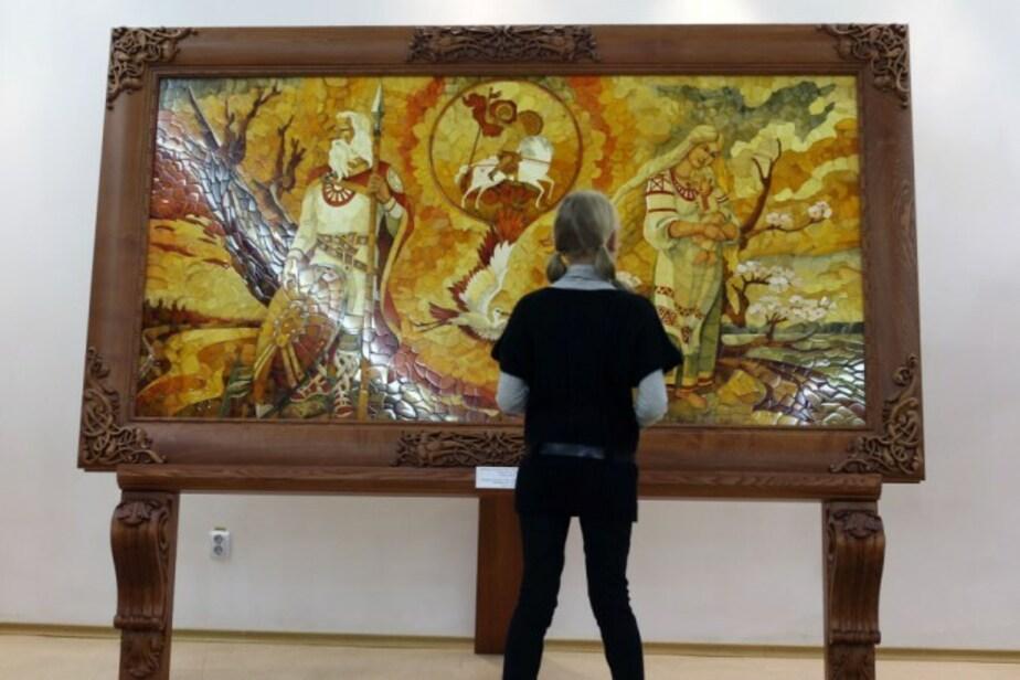 Самое большое в мире панно из янтаря привезли в Калининград - Новости Калининграда