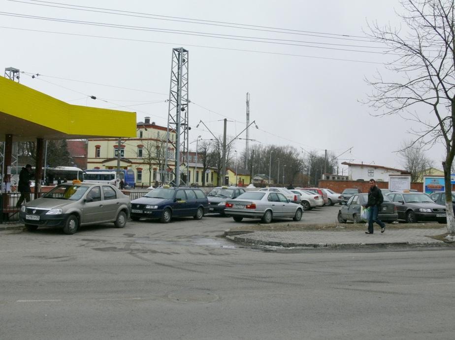 """На единственную бесплатную парковку в центре Зеленоградска """"поселили"""" таксистов - Новости Калининграда"""