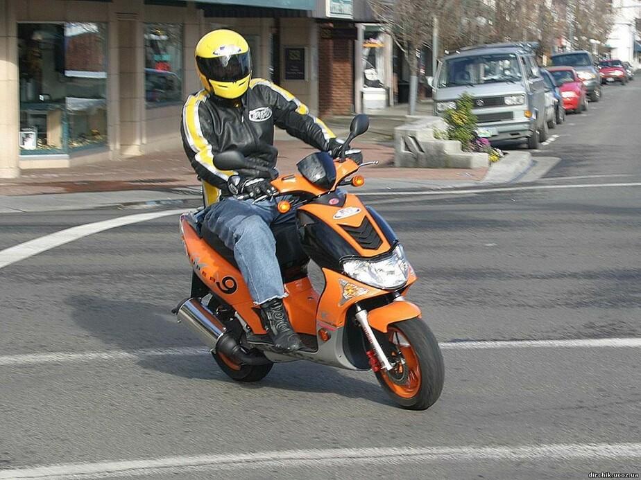 ГИБДД требует введения водительских прав для скутеристов