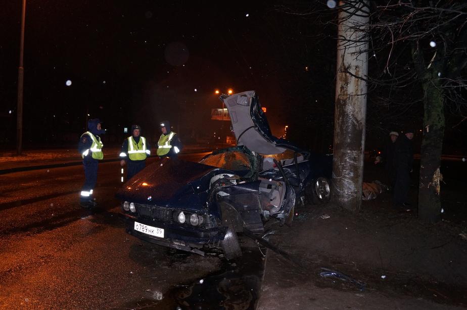 На Московском проспекте БМВ врезался в столб- водитель погиб на месте - Новости Калининграда