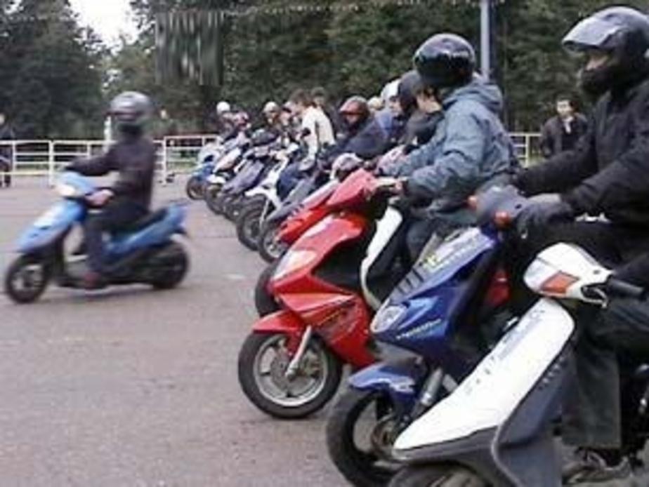 Десятки скутеристов устроили незаконный пробег по центру Калининграда - Новости Калининграда
