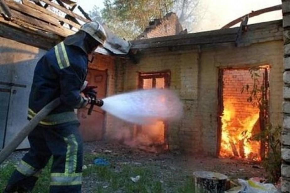 Под Черняховском сгорел гараж с машиной - Новости Калининграда