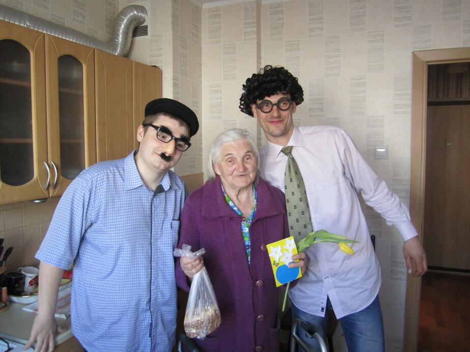 Цветы для бабушки Маши- калининградцы поздравили одиноких пенсионерок - Новости Калининграда