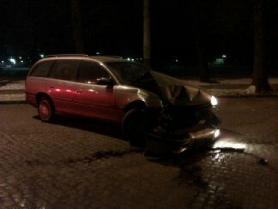 За сутки в Калининграде две машины врезались в дерево - Новости Калининграда