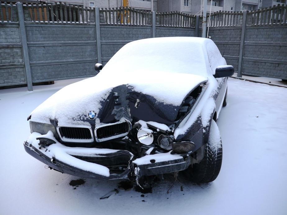 На пр- Победы водитель на БМВ врезался в столб и скрылся с места ДТП - Новости Калининграда