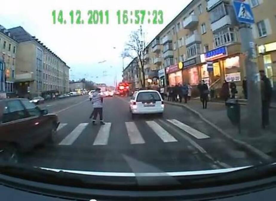 Ребенка чудом вытащили из-под колес машины на Советском - Новости Калининграда