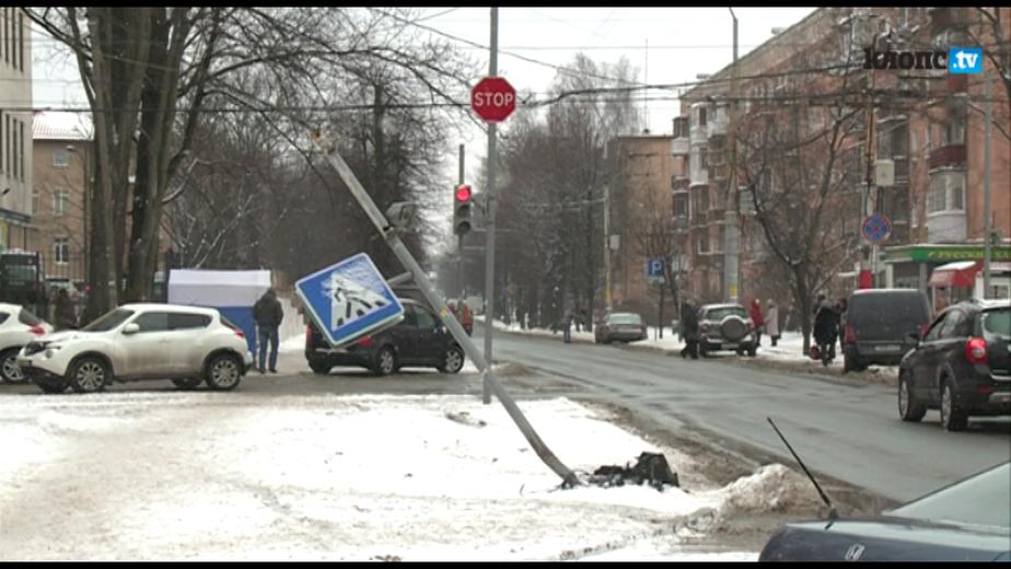 В Калининграде на улице Леонова снесли светофор - Новости Калининграда