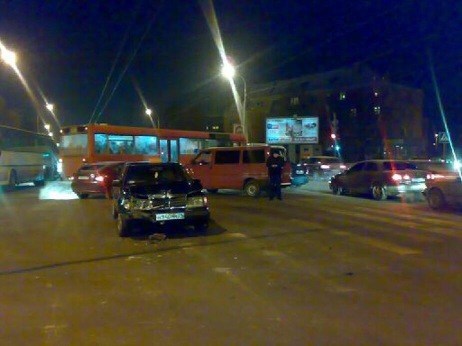 На Советском столкнулись два такси- одну из машин вынесло на автобусную остановку