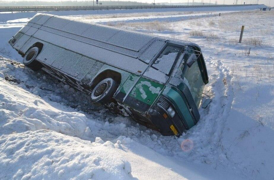 На Приморском кольце рейсовый автобус завалился на бок - Новости Калининграда