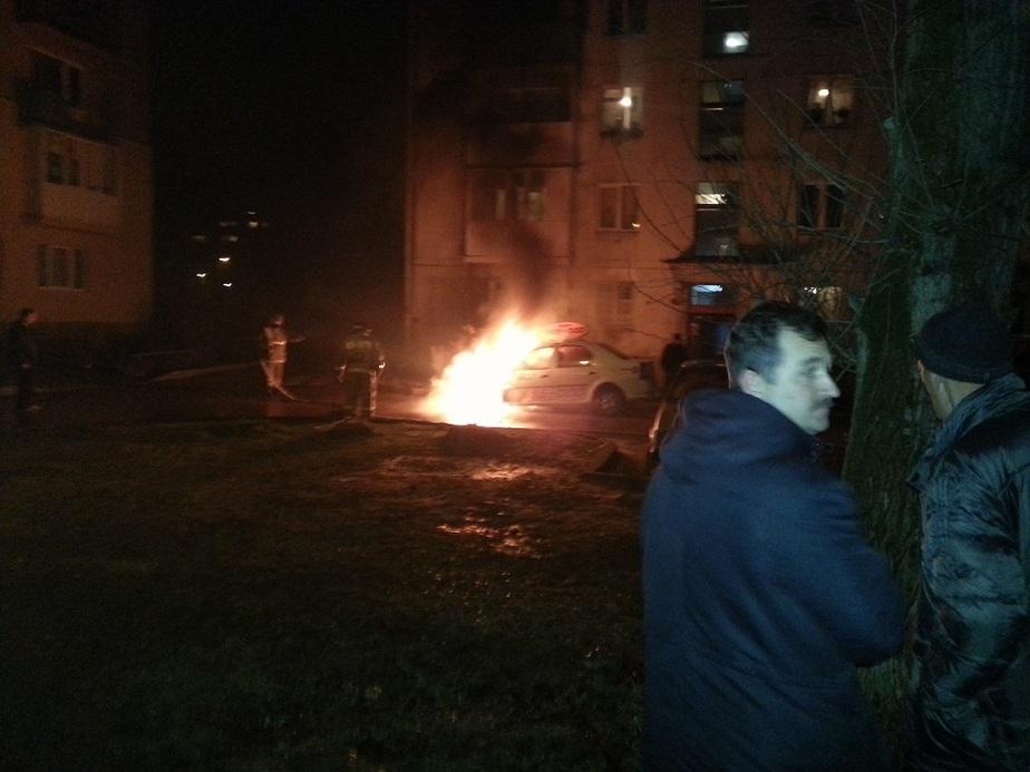 До дворе дома на ул- Куйбышева сгорело такси - Новости Калининграда