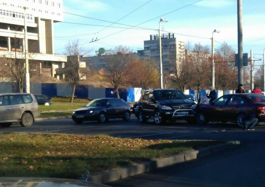На Московском проспекте столкнулись две разворачивавшиеся машины - Новости Калининграда
