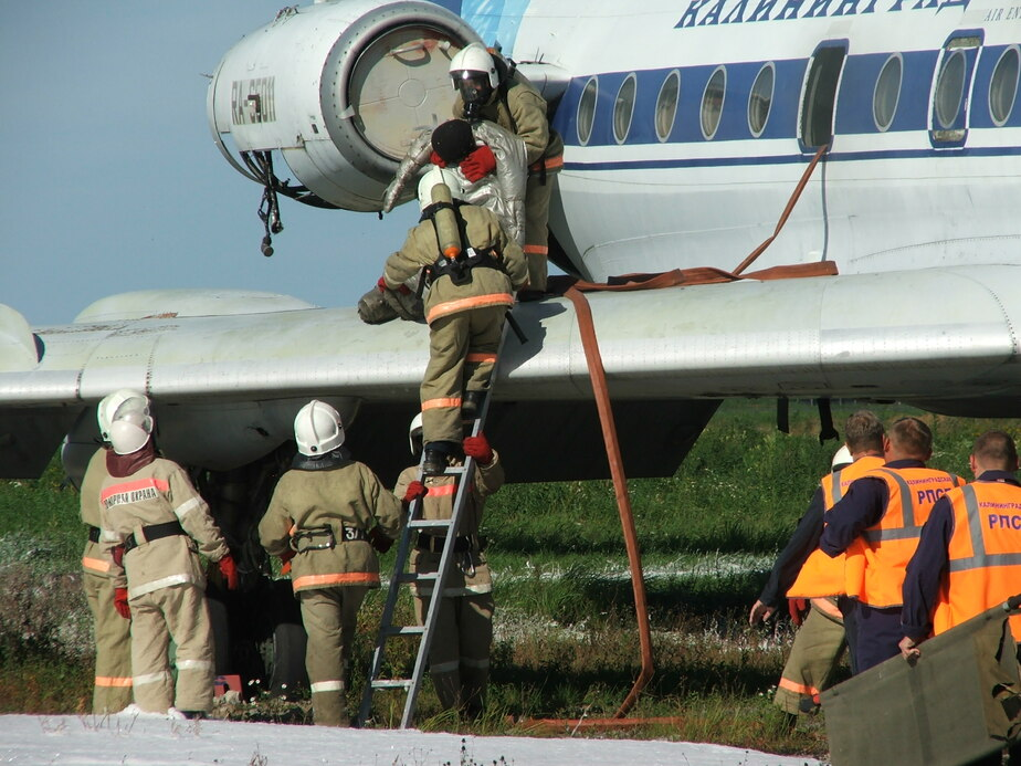 В Храброво спасатели учились тушить загоревшийся самолет Ту-134 - Новости Калининграда