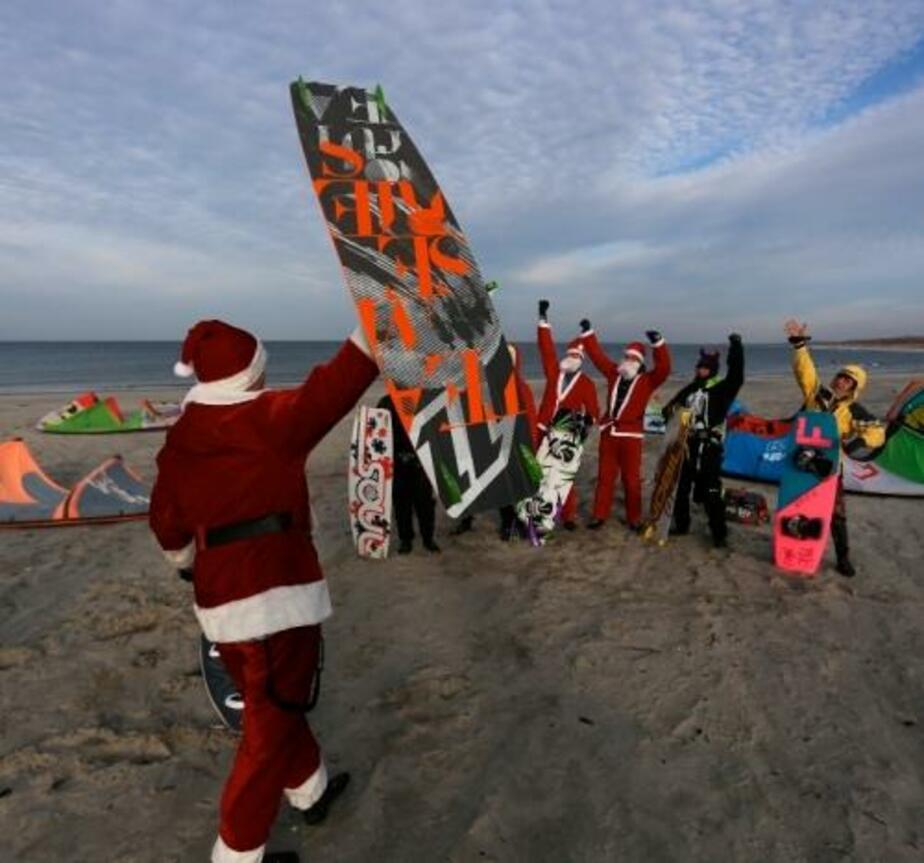 В море у Балтийска появились Деды Морозы-кайтсерферы - Новости Калининграда