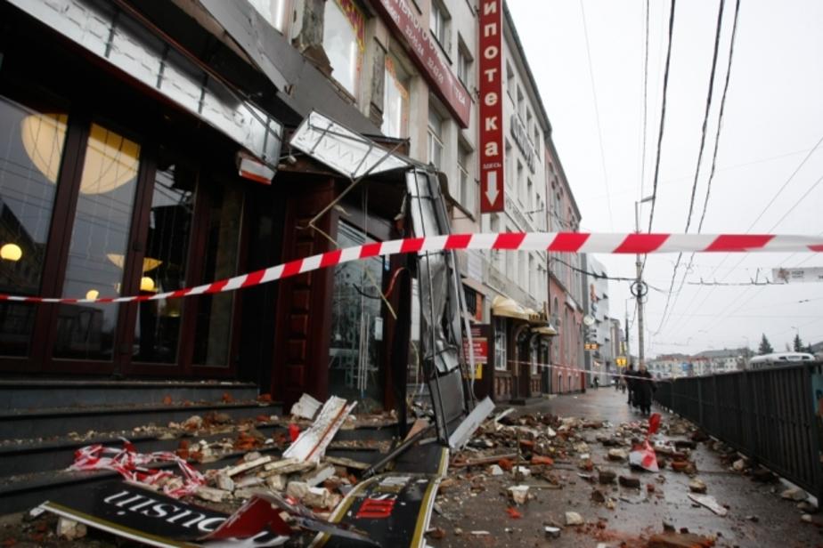 Спасатели убрали остатки вывески на Ленинском проспекте - Новости Калининграда