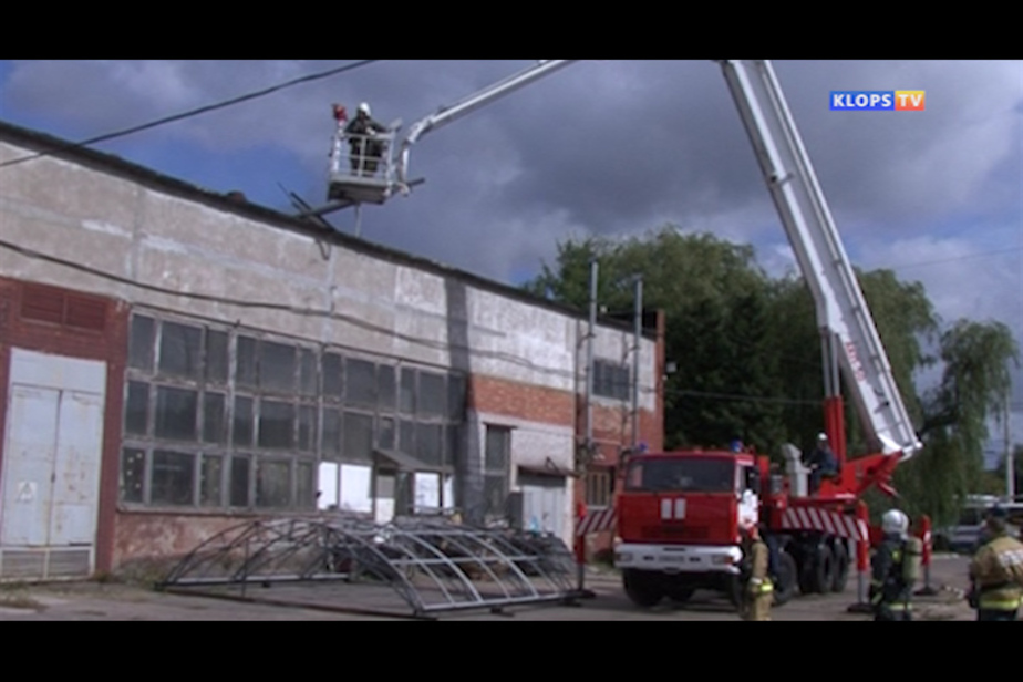 Калининградские спасатели учились тушить пожар в троллейбусном депо - Новости Калининграда