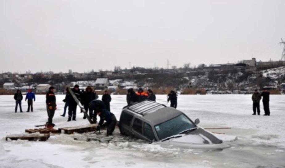 Сегодня в Куршском заливе провалился под лед еще один автомобиль - Новости Калининграда