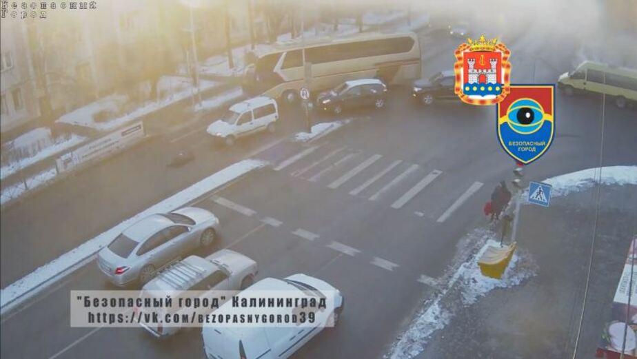 """""""Безопасный город"""" опубликовал подборку видео со сбитыми пешеходами на ул. Невского - Новости Калининграда"""
