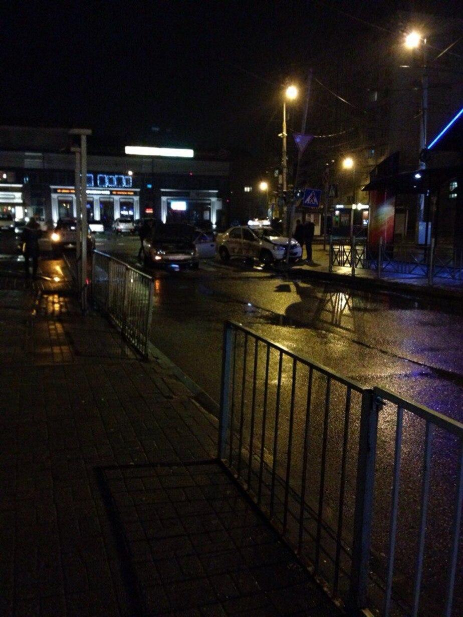 Очевидцы: в Калининграде такси врезалось в столб - Новости Калининграда