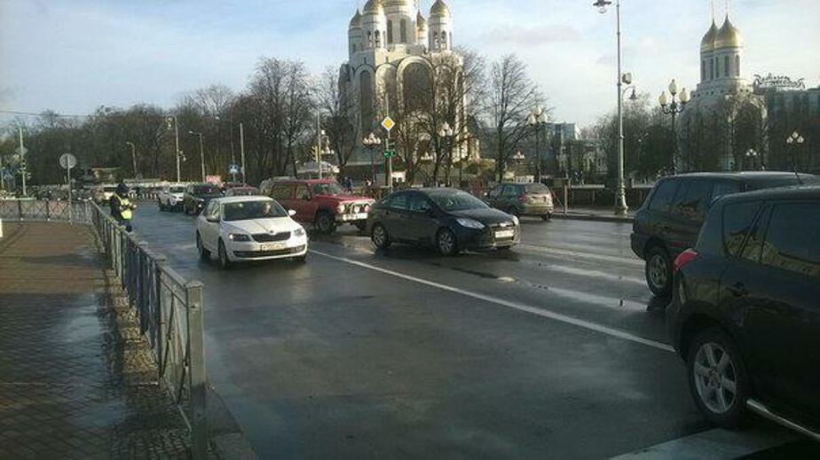 """В центре Калининграда """"Тойота"""" протаранила две машины и попыталась уехать от ГИБДД - Новости Калининграда"""