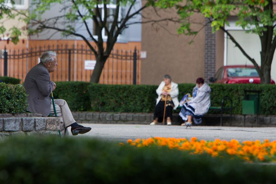 Одинокий калининградец подарил квартиру соседке, родные уверены: старика обманули