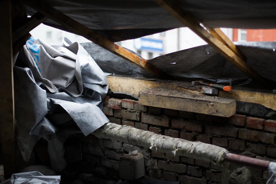 Калининградец отсудил компенсацию за повреждённый упавшими с крыши досками автомобиль