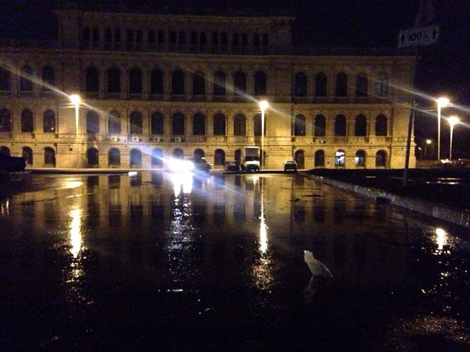 Вода из повреждённой трубы залила сквер в центре Калининграда