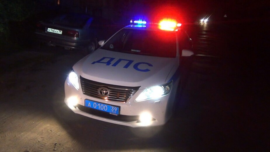 """В Зеленоградском районе """"Мазда"""" врезалась в дерево; ранены 17-летний водитель и пассажир"""
