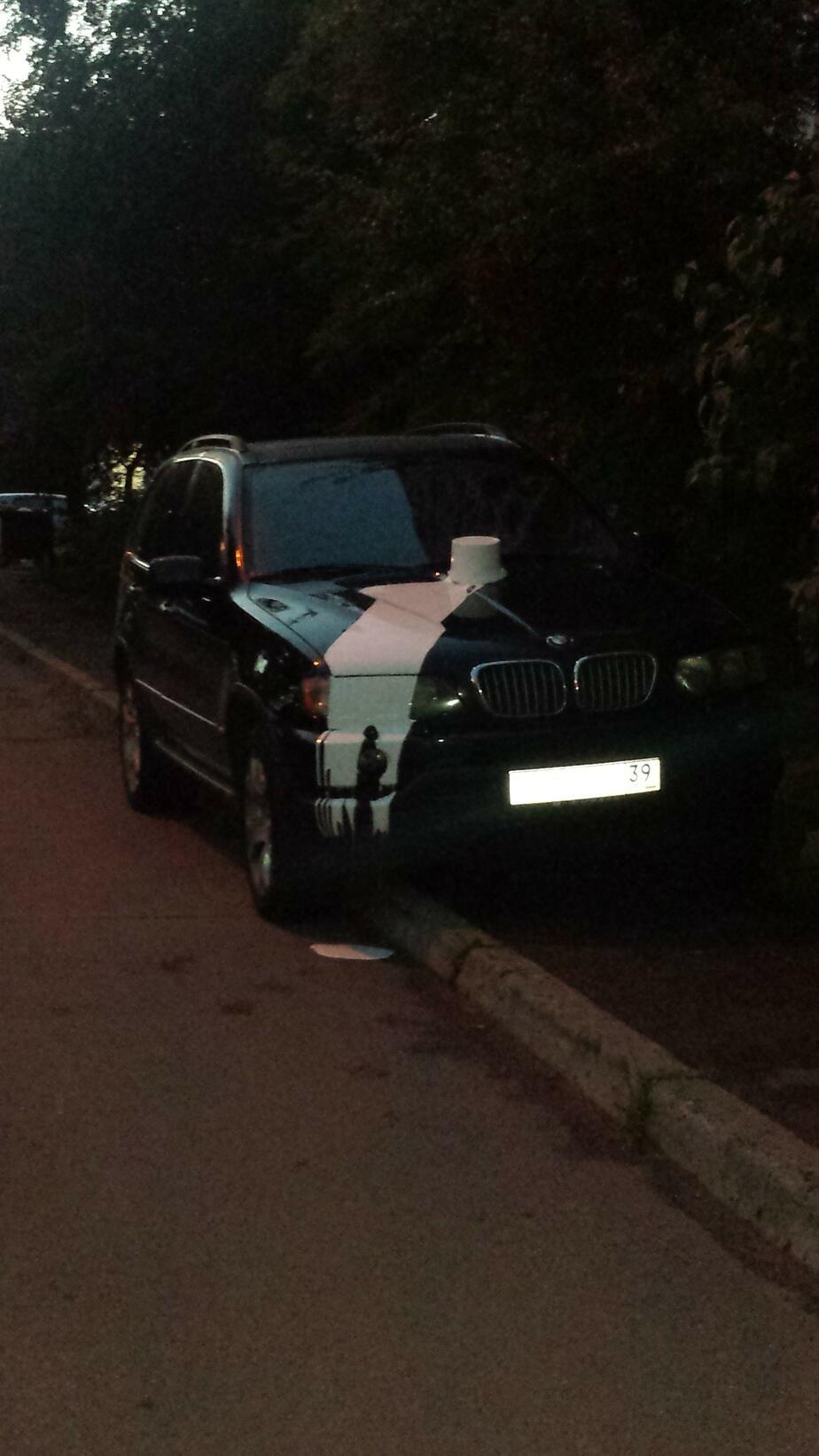 В Калининграде на БМВ Х5, припаркованный на тротуаре, вылили краску - Новости Калининграда