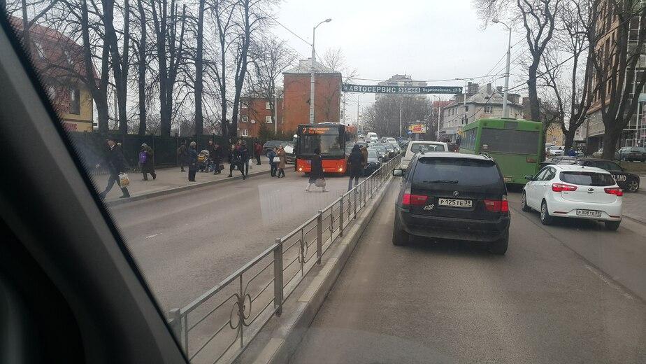На ул. Горького автобус притёр легковушку, движение к центру заблокировано - Новости Калининграда