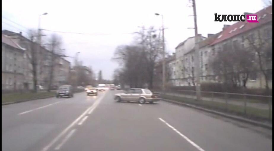 В Калининграде БМВ протаранила три автомобиля (видео)