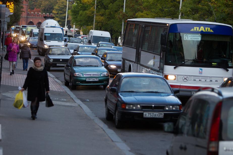 На площади Василевского скапливается пробка из-за ДТП у кольца
