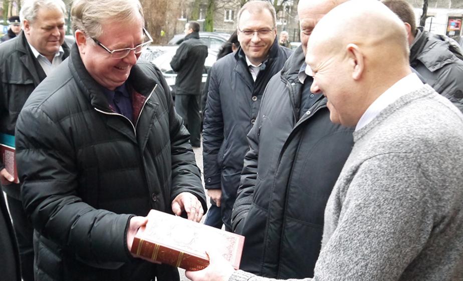Степашин подарил жильцам калининградского дома цитатник Гашека о ЖКХ - Новости Калининграда