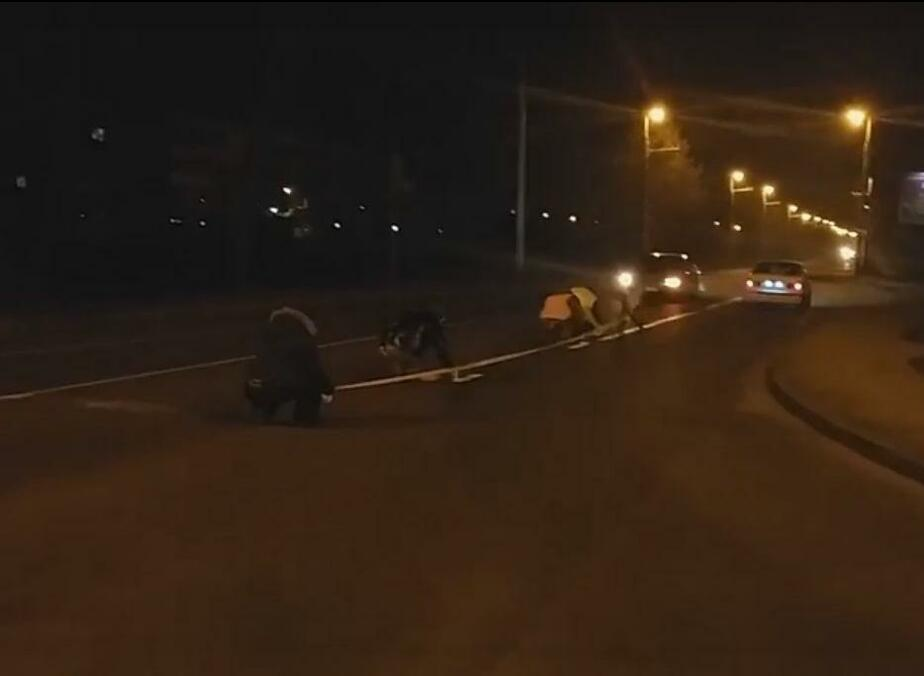В Калининграде водители самостоятельно нанесли дорожную разметку на ул. Суворова (видео) - Новости Калининграда