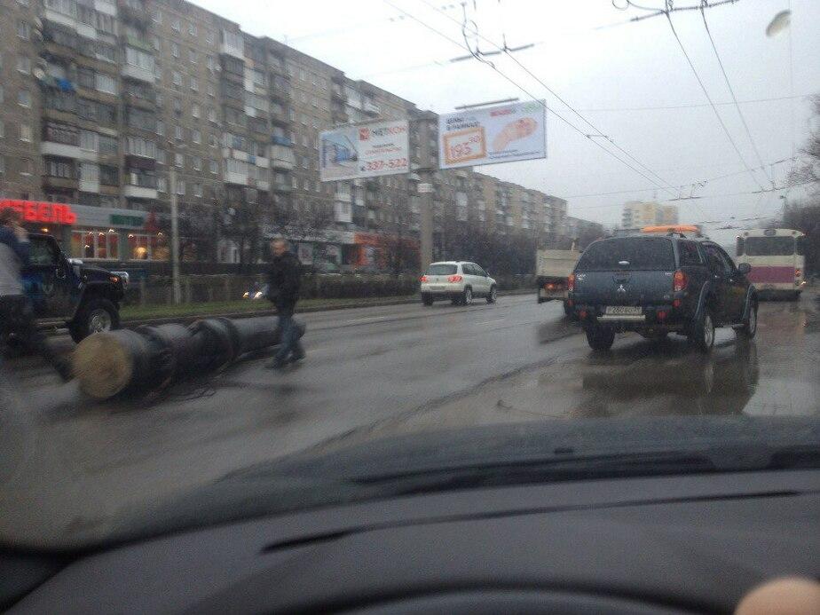 Московский проспект перекрыла шеститонная колонна, выпавшая из грузовика (фото)