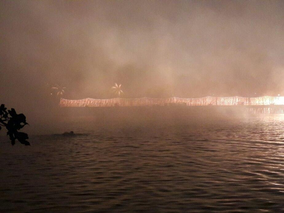 Калининградец совершил заплыв через Нижнее озеро во время праздничного фейерверка (фото) - Новости Калининграда