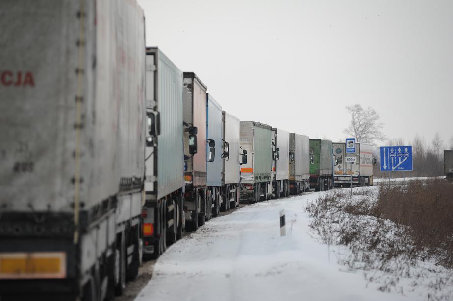 На границе с Польшей из-за разногласий по автоперевозкам застряли сербские яблоки
