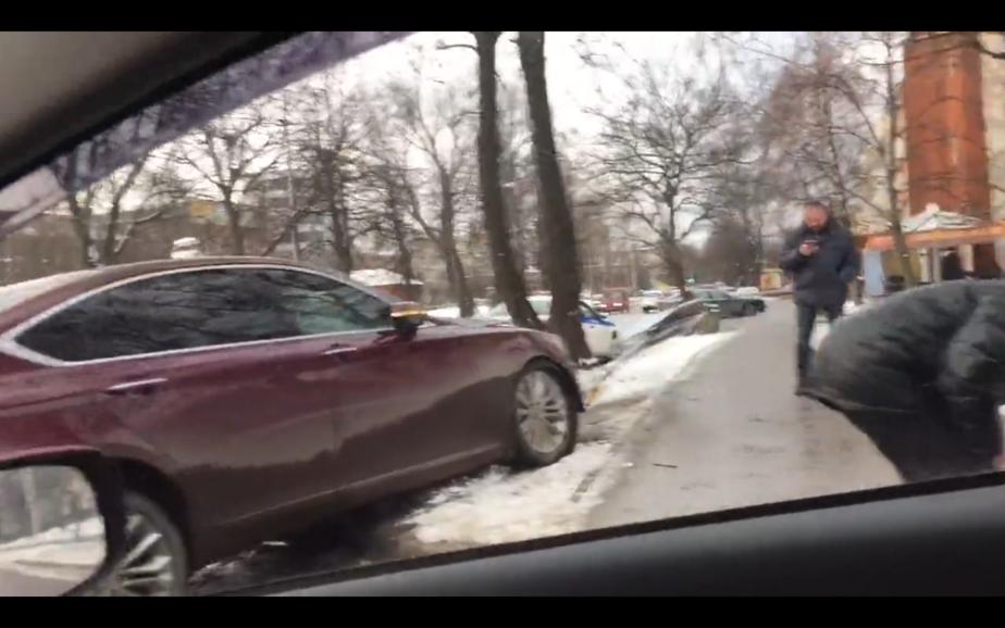 Около КМРК автомобиль снёс знак и заехал на тротуар (видео)