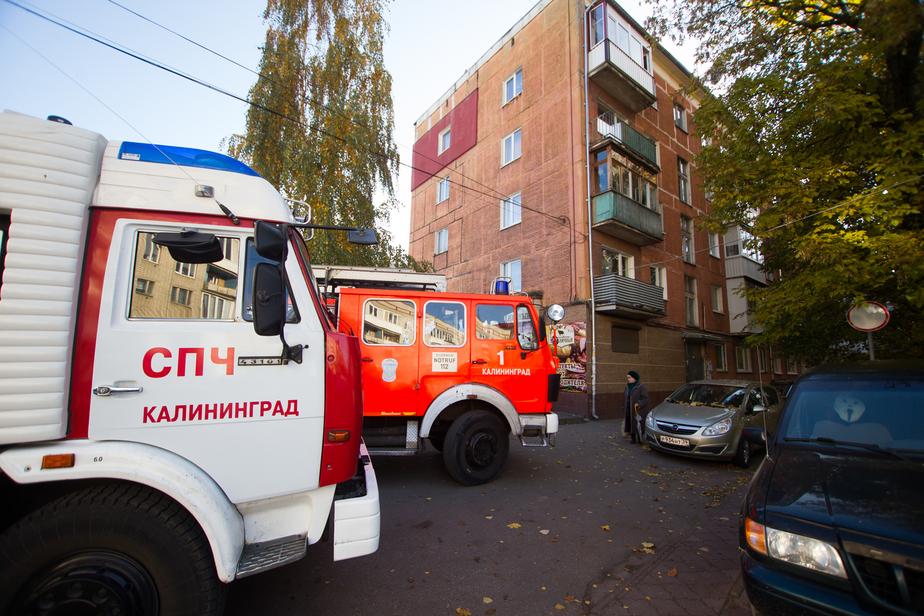 В Калининграде микроавтобус сам поехал, врезался в балкон и вспыхнул