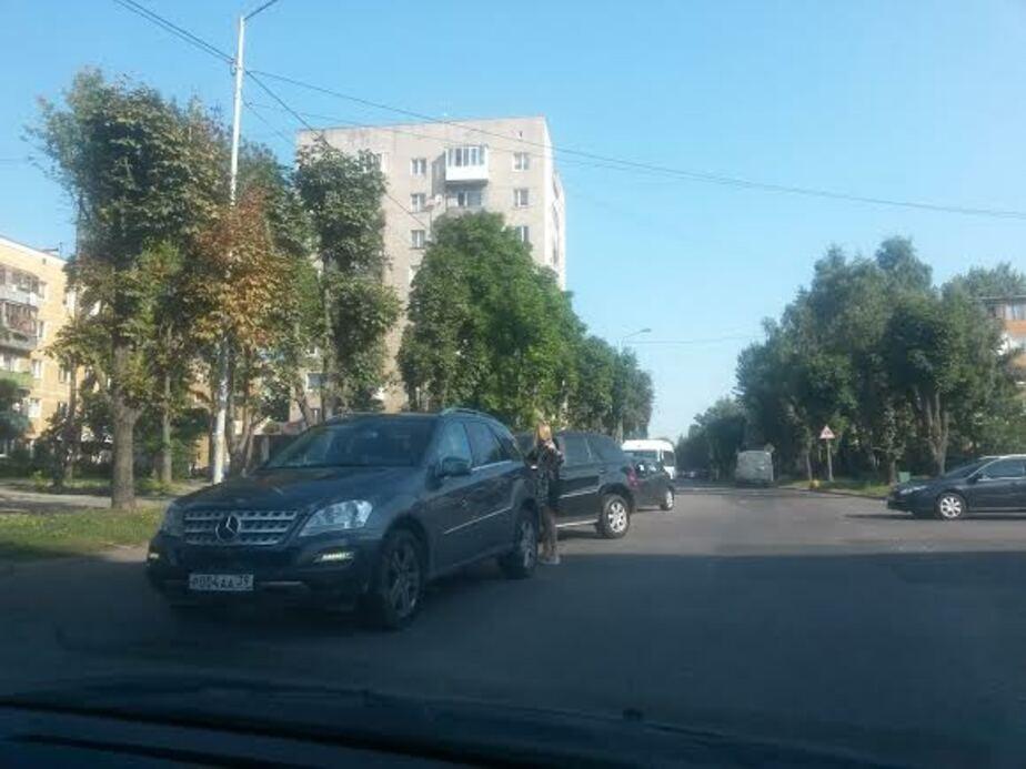 На ул. Пролетарской столкнулись два внедорожника: образовались пробки - Новости Калининграда