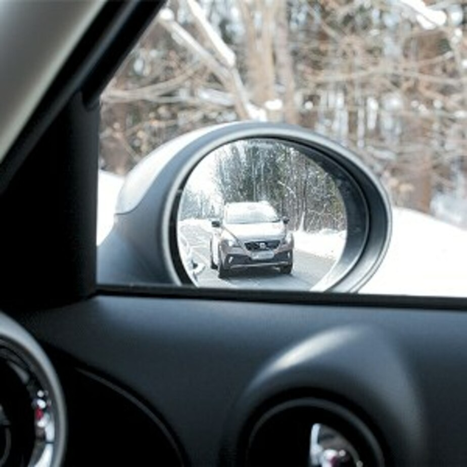 """Калининградец разбил зеркало на микроавтобусе, водитель которого """"подрезал"""" машину жены - Новости Калининграда"""