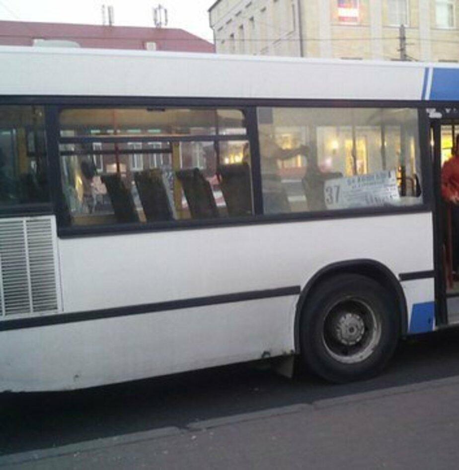 Пьяный пассажир разбил окно в калининградском автобусе - Новости Калининграда