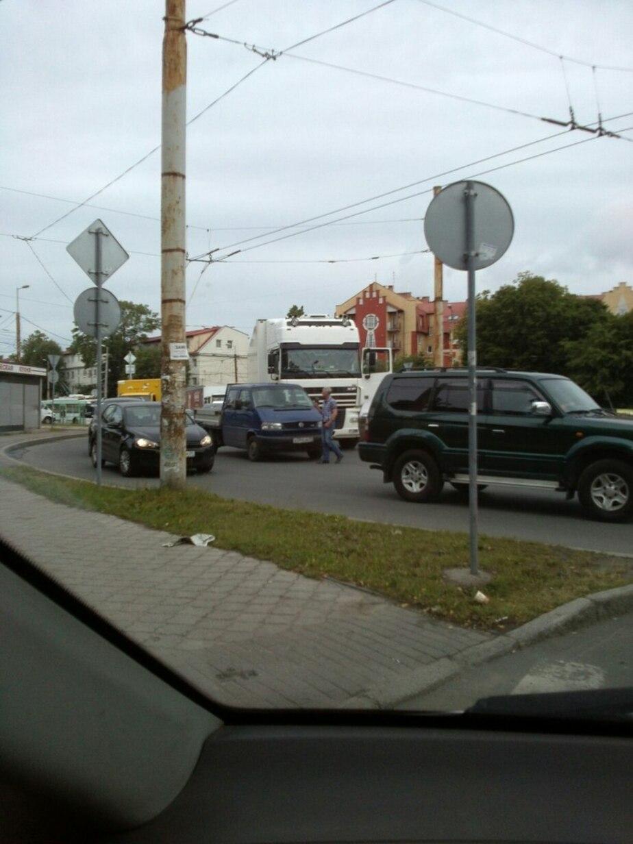 На ул. Борзова из-за аварии на кольце заблокирован выезд в сторону центра  - Новости Калининграда