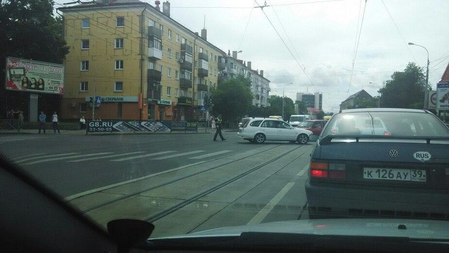 На Советском проспекте сломался светофор: пробки на ул. Нарвской и Брамса - Новости Калининграда