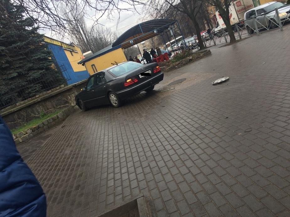 """Возле """"Атлантики"""" автомобиль вылетел на тротуар, едва не сбив пешеходов - Новости Калининграда"""
