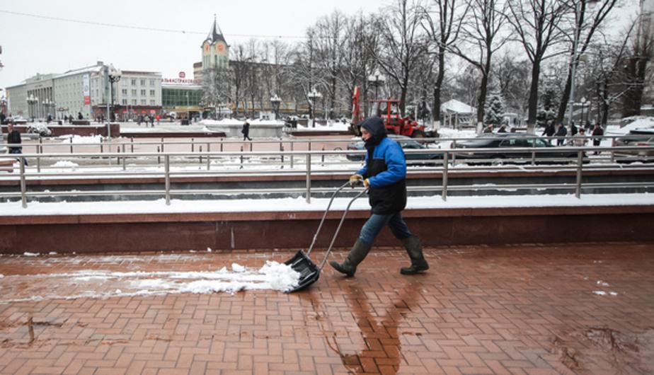 Во вторник улицы Калининграда убирают от снега 400 дворников - Новости Калининграда