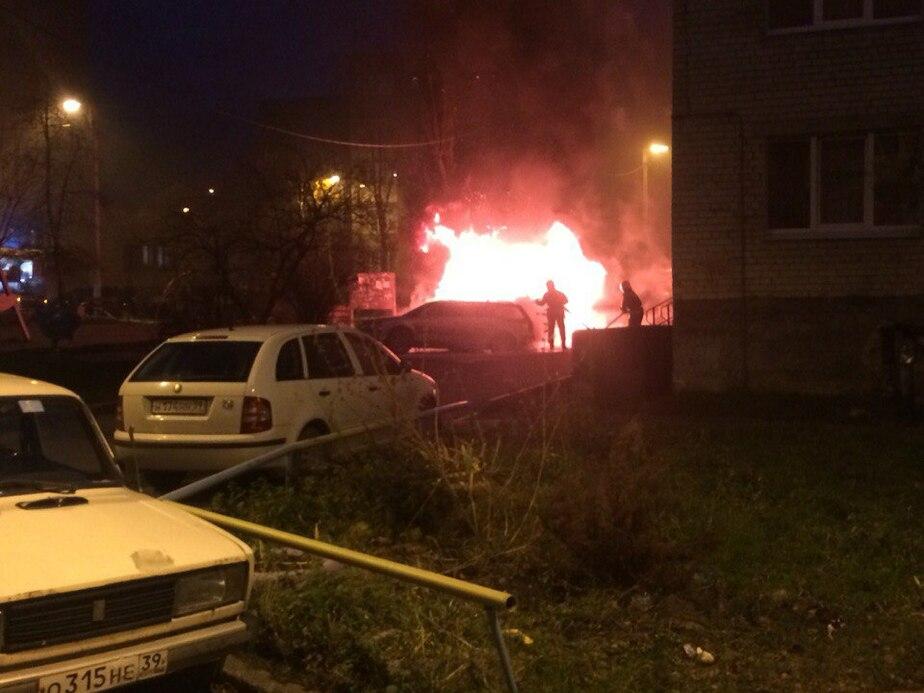 В посёлке Борисово горят БМВ Х5 и Фольксваген
