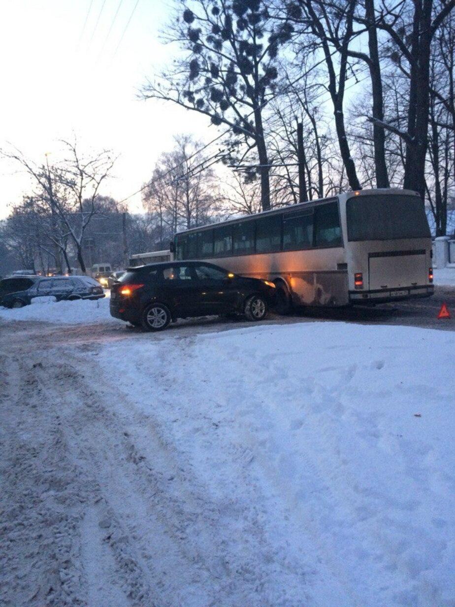 На ул. Емельянова из-за ДТП с участием автобуса заблокированы обе полосы - Новости Калининграда