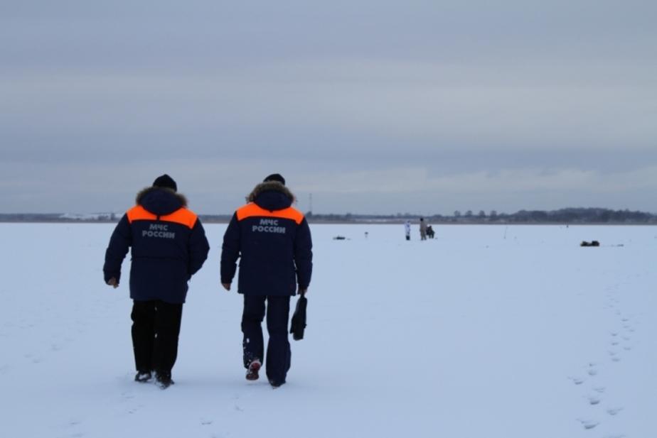 Спасатели выгнали с тонкого льда Калининградского залива 50 рыбаков