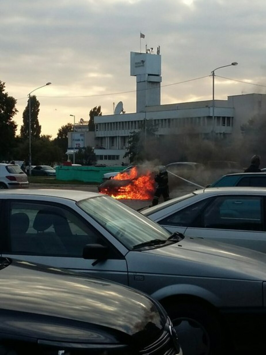 В Калининграде рядом с историко-художественным музеем горит иномарка - Новости Калининграда