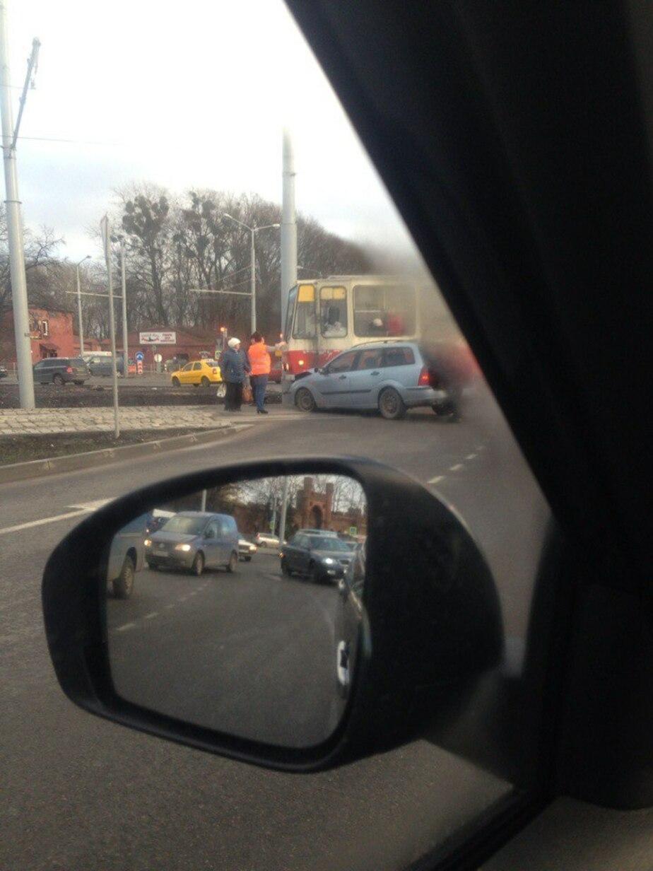 Трамвай блокировал один из въездов на площадь Василевского - Новости Калининграда